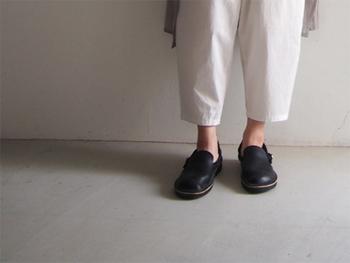 国産の革を使ったORSOO定番のスリッポン。かっちりとしたかたちがきれいで、履きこむほどに足に馴染みます。靴下合わせを楽しんでも良いですね。