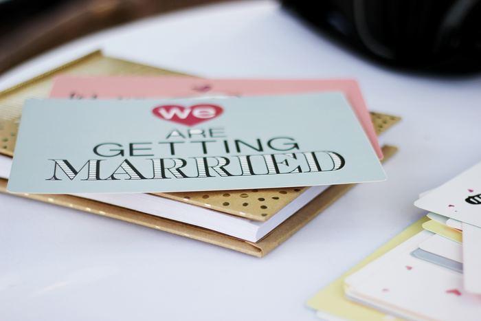 グリーディングカードとは挨拶状のこと。お誕生日や結婚や出産のお祝い、あるいはクリスマスなど喜ばしい慶事に送ることが多いカードです。グリーディングカードは多種多様にたくさんの楽しいカードがあります。葉書に比べて、とても簡潔にストレートにカードのビジュアルとともに思いを伝えることができます。
