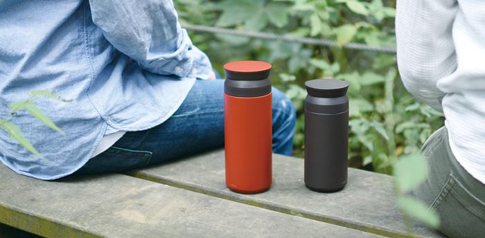外びんと内びんの間を真空状態にすることで飲みごろ温度を保つステンレス二重構造のボトル。さらに内びんの外側を金属箔で覆うことで、保温保冷機能をより高めています。また、ボトルの内側を電解研磨してなめらかに仕上げ、茶渋やにおいなどが付きにくい加工を施しています。コーヒーもOKですよ。