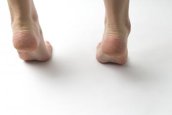 ふくらはぎを伸ばしたらこの運動を。 両足を肩幅に開き、お腹が出ないよう意識しながら、かかとをリズミカルに上げ下げ。 椅子や壁に手を突いて行っても◎20 回繰り返せば、全身ぽかぽか。