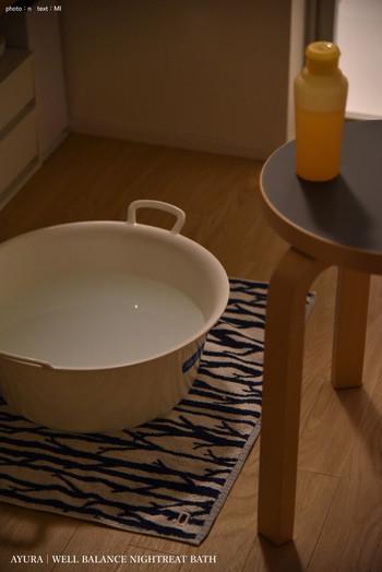 湯船に浸かる余裕がないなら、足湯もおすすめです。バケツがあれば簡単にできますよ。高さのあるバケツでふくらはぎまで温められるとさらに効果的です。