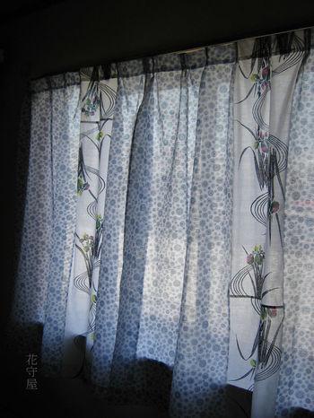 これは浴衣地と夏の着物にする生地を使ったカーテン。水辺の花の景色を窓に飾って、目から涼を取り入れるのも素敵。