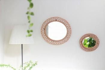 鏡を配置する時に気を付けたいポイントは、鏡に映る景色を考えること。よりインテリア性を高めるためには、暮らす人の目線で見た時に、ミラーのにどんな景色が映っているかがとても大切なんです。