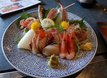 レストラン「岩沙参(いわしゃじん)」を併設。相模湾が控えるまちだけに、新鮮な魚の幸が頂けます♪