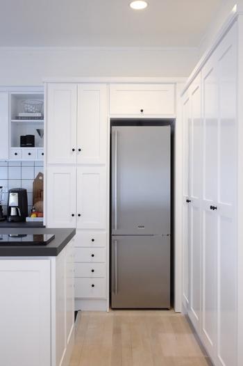 冷蔵庫の中が片付いていないと、食品を取り出すのに時間がかかってしまったり、使い切るのを忘れてしまったりとデメリットが多くあります。使い勝手のよいキッチンにするためにはまず冷蔵庫の中の収納を見直しましょう!