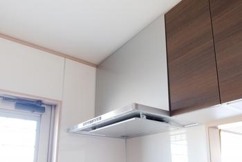 また、レンジフードや換気扇などの汚れは、まず熱湯に漬けて汚れを浮かせてからお掃除するのがオススメです。仕上げにウェットティッシュで拭き取るだけで、かなりの汚れが落ちますよ。