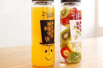 """リユースボトルで知られる「リバーズ」のプラスチックボトルに、オリジナルのイラストをプリント。「fika」という名前が付いており、スウェーデン語で""""お茶しよう""""という意味だとか。冷たいドリンクはもちろん、90℃までOK。広口なので、茶葉を使った温かい飲み物にも使えます。"""
