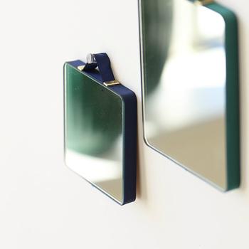 シンプルデザインが魅力の「HAY (ヘイ)」の壁掛けミラーは、サイドがリボンで囲まれていて、遊び心が感じられるアイテム。