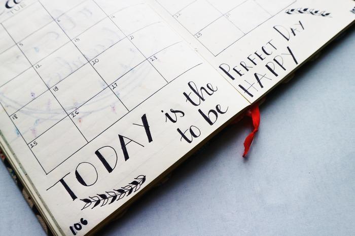 """充実した週末を過ごすために""""予定を決めておく""""という方も多いと思いますが、たまにはノープランで気ままに過ごすのも楽しいものです。スケジュールを決めておくとスムーズに行動できますが、「予定があると束縛されている感じがする」、「決められたタスクをこなしているような感覚になる」という方も少なくないようです。休日は心のリフレッシュをするという意味でも、とても貴重な時間。一日を楽しく有意義に過ごすためには、スケジュールに縛られず自由に時間を使うことも大切です。"""