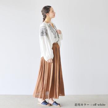 ボヘミアンな刺繍ブラウスとギャザーロングスカートと合わせたコーディネートは、ロング丈やアースカラーを合わせることでシックな雰囲気に。ふんわりとしたシルエットのトップスは、ボトムスにインすることで、すっきりと着こなすことができます。