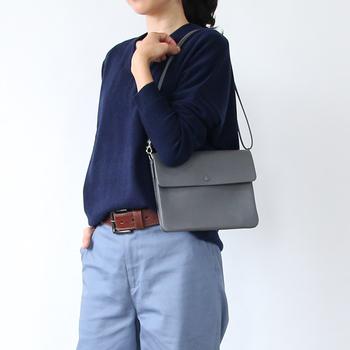「斜め掛け」「肩掛け」「クラッチ」と3WAYで持てるだけでなく+αとして何とお財布機能付き!このバッグに鍵、スマホだけ入れればすぐお出かけできちゃいます。