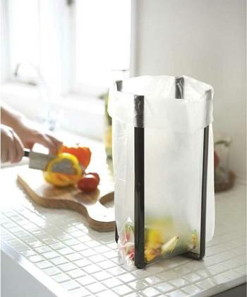 ポリ袋を掛けて、調理中に出るゴミ入れとして使うアイデアも◎。折り畳むことができるので、使わないときは場所を取らずスリムに収納しておけます。