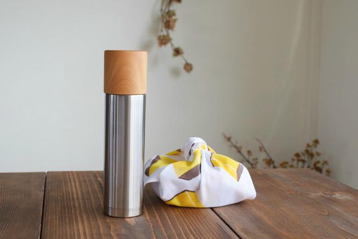 ぬくもりのある木製のコップと、硬質なステンレスボトルのコントラストが美しい水筒。保温・保冷機能はもちろん、ずっと眺めていたくなるデザイン性や、木のコップに口を付けたときの柔らかさ、温かさが大きな魅力です。