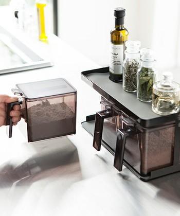 調味料ストッカー3個とストッカーのセット。無駄のないスタイリッシュなデザインでキッチンに置いても絵になります。ケース内に収納できる専用スプーンが付いていて、擦切りも簡単◎