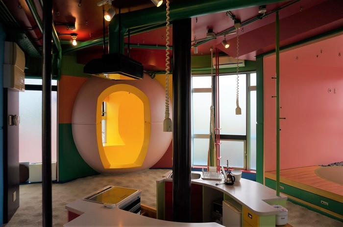 建築の正式名称「三鷹天命反転住宅 イン メモリー オブ ヘレン・ケラー」とは、ヘレン・ケラーのように障害を持った方にも身体を使って感じる住宅を意味しています。少し足が不自由な方でも、部屋のポールや壁などにつかまって歩けるように、空間に物が配置されています。また、目の不自由な方が、杖をついて部屋内を2周ほどするとボコボコの位置を覚えて、杖無しで歩いてしまうこともあるそうです。