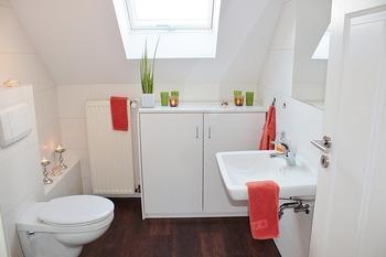 """""""除菌タイプ""""のウェットティッシュは、トイレのお掃除に大活躍します。トイレ本体・床・壁など、全体をまんべんなく拭きましょう。トイレ専用のウェットシートもありますが、一般的なウェットティッシュでも十分活用できますよ。"""