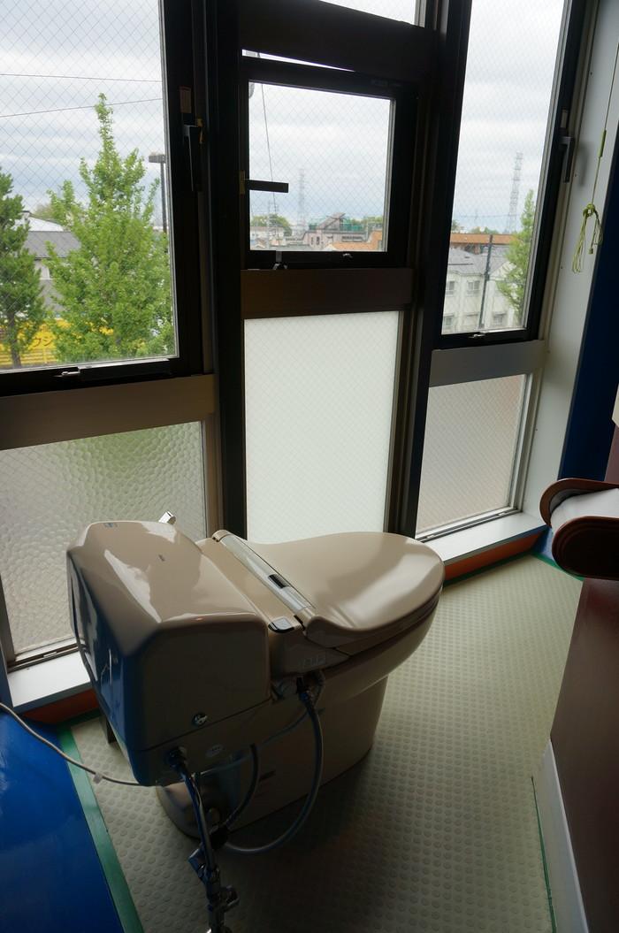 窓に面して、開放的なトイレ!なんて自由な感じなのでしょう!