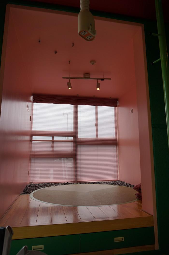こちらのお部屋には、なんと丸い畳が敷いてあります!窓際には、玉砂利も…。床下の引き出しは、収納になっていますよ。 この住宅に暮らすのに最も重要な収納は、とってもユニーク…それは、実際に見ていただくのが良いですね。
