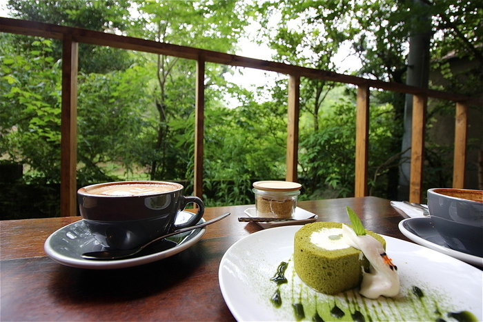 伏見稲荷大社のすぐそばにあり、鳥居の「朱」を意味する「Vermillion」を名にいただくカフェ。気持ちのいい初夏の日には、まるで緑のカーテンに包まれるようなオープンテラス席でくつろいでみたいもの。こだわりのスペシャルティコーヒーや抹茶スイーツなどがいただけます。