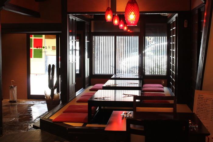 照明にも赤が用いられていて、レトロな雰囲気です。お座敷の他、テーブル席やカウンター席もあります。