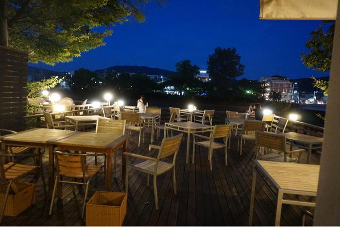 夜になると、しっとりロマンチックな空間に。チョコレートはお酒とも相性◎お酒の提供もあるので、お食事の後のお散歩とデザートを楽しみに訪れてみるもの良いですね。