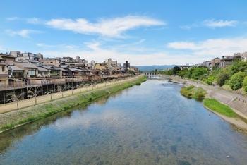 春の桜や秋の紅葉、京都には様々な魅力がありますが、夏の「納涼床」も一度は訪れたい、味わってみたいもののひとつ。最近ではカジュアルに楽しめるお店も増えているので、この夏は美食の街でもある京都に、「ゆか」を楽しみにお出かけしてみませんか。