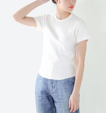 夏の装いの定番スタイル「白Tシャツ×デニム」ですが、今年らしい着こなしにアップデートしてみませんか?簡単に旬な着こなしへと変身するワンポイントテクニックをご紹介します。