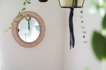 優美な曲線が美しく壁を飾る「rotta rattan mirror」シリーズの壁掛けミラーは、ただ壁に掛けるだけで、お部屋がグーンと明るい雰囲気に!壁にアートを飾る感覚で楽しめるミラーです。