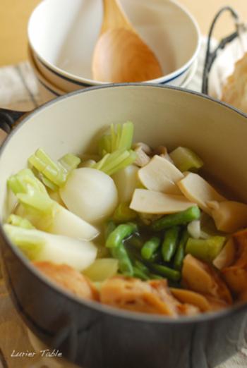 最初にサッと素揚げした車麩を使って作るポトフは具材を入れてコトコト煮込むだけの簡単レシピ。野菜の旨味とスープを吸い込んだ車麩はしっかり食べ応えもありますよ。季節の野菜をたっぷり入れて召し上がれ♪