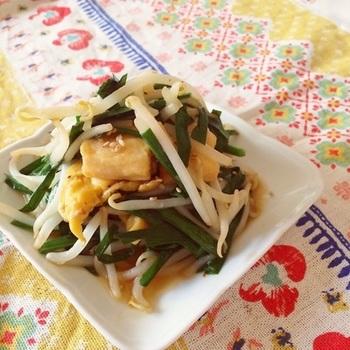もやしとニラ、そして水で戻した車麩で作るとってもヘルシーな韓国風の炒め物。味付けは焼肉のたれで失敗知らず。お給料日前の救世主的なレシピです。