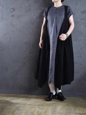 カシュクールのような切替デザインのモノトーンワンピースは、一枚で着るだけでサマになるアイテム。白の靴下や小物をプラスすることで、白黒のバランスを整えながら着こなすのがおすすめです。