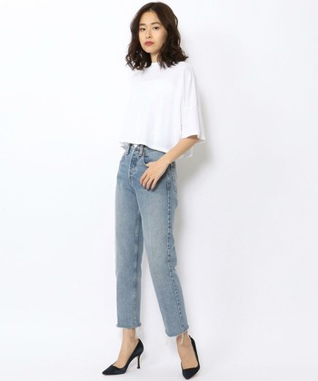 フレアスリーブのTシャツは、カジュアルでありながら女性らしい雰囲気が出るので、足元にパンプスを合わせても素敵です。