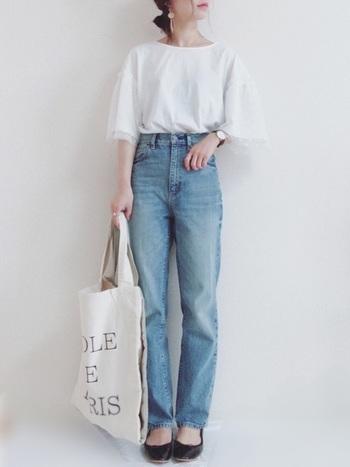 白Tシャツにも色々なデザインがありますが、フレアスリーブのアイテムは、今年らしいトレンド感のある着こなしに仕上がります。