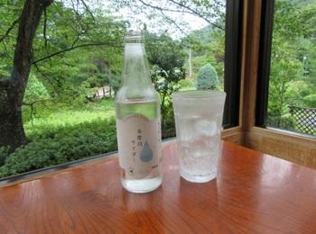 温泉の後に冷たいサイダー♪定番です。 多摩川源流水を使った「多摩川サイダー」は、売り上げの一部が水源保全に使われているとか。