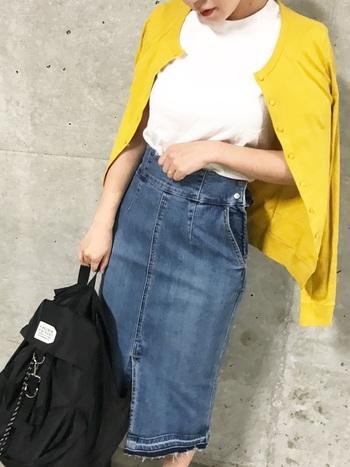 白Tとデニムのスカートといういつもコーデに黄色のカーデを羽織って。それだけでおしゃれさんに見えます。