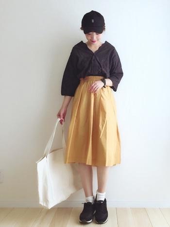 黒のキャップやトップスなどでまとめて、可愛さを抑えつつ、スカートで彩りを!休日コーデにぴったりですね。