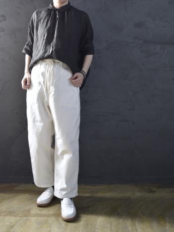 黒のブラウスに、白のゆったりパンツを合わせたスタイリング。パンツから繋がるラインを意識して、靴も白でまとめています。足元まで色を繋げることでバランスの良い着こなしになり、脚長効果も期待できますね♪