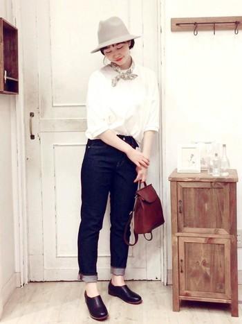 シンプルな白Tシャツ×デニムの着こなしに、バンダナをプラスするだけで簡単にセンスの良いオシャレコーデが作れます。