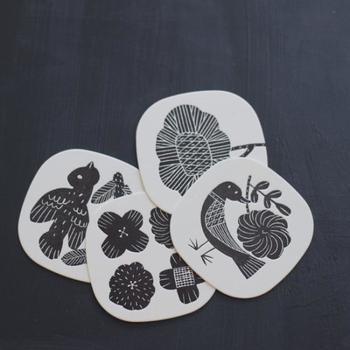 デザイナーの鹿児島睦さんが描いた、図案をコースターにしたアイテム。4枚セットでテーブルコーディネートの彩りにも一役買ってくれそう。センスの良いギフトを贈りたい人にもおすすめですね。  550円(税別)