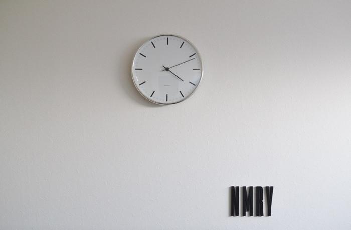 こちらもヤコブセンのシンプルな掛け時計です。数字がないのですんなりと壁と一体化してくれます。見やすく、分かりやすいというのは時計には大切な要素です。