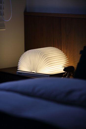こちらはLumioのブック型ランプで、本を開くと中の灯りがともるようになっています。ぐるりと360度で開くこともできるので、いろいろなかたちを楽しむことができます。