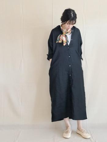 シャツワンピースにベージュのバレエシューズ、スカーフを巻いたフレンチルック。足元に軽さを出すことで黒のワンピースも重たくみえません。これからの季節お手本にしたいコーデです。