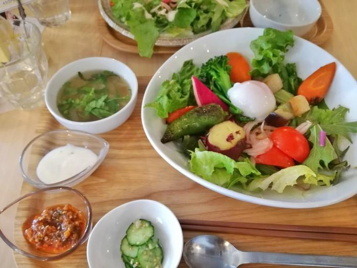武蔵境駅南口より徒歩6分、住宅街にある「ムサシノ野菜食堂 miluna-na」は、美味しい野菜を食べたくなったら行きたいお店。特に、甘くて味の濃い人参が絶品です。ランチの「たっぷり野菜と雑穀ごはん」は、メインディッシュが野菜ですが、2種類のドレッシングと温泉卵とのバランスが絶妙で美味しいのです。他に「おまかせおかずと雑穀ごはん」「野菜いっぱいカレー」などもありますよ。