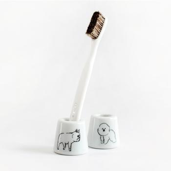 ゆるいイラストがキュートな「CLASKA(クラスカ)」の歯ブラシ立ては、いくつも揃えたくなる可愛さで後輩女子には喜んで貰えそうですよね。もちろん歯ブラシだけでなく、印鑑やペンなどをデスクの上に立てて置くのにも使えます。  800円(税別)