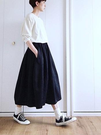 女性らしいふんわりとしたスカートには、あえてスニーカーを合わせて、こなれ感を出しましょう。黒のスニーカー×白のソックスを合わせることで、全体にまとまりが生まれ大人っぽいスタイルに仕上がります。