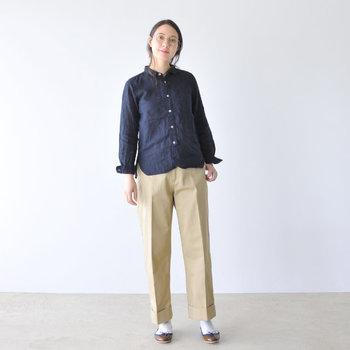 シャツにセンタープレスのパンツを合わせたトラッドなスタイルには、ソックスとバレエシューズをプラスして洗練された印象に。パンツはアンクル丈を選ぶとシューズとのバランスもよく、スタイルアップにも繋がりますよ。