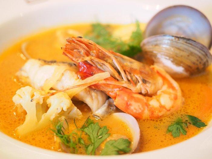 シロ名物のブイヤベースは、海鮮と野菜の旨味たっぷり。ワインと一緒にいただけば、お喋りもより弾みそう♪