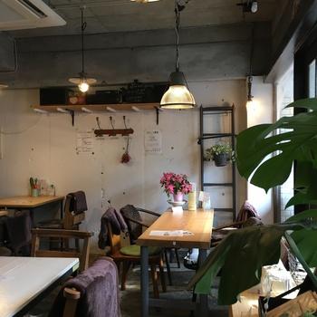 アンティークな雰囲気の店内も素敵です。ヘルシーな野菜料理とお酒で、ディナーも楽しめますよ。