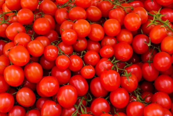 真っ赤なトマトやイチゴのようなレッドも、夏にぴったりなビタミンカラーです。「ちょっと派手かも?」と思っても、ポイントで使えばちょうどよいアクセントになります。