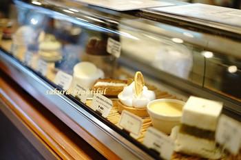 「レモンとライムのタルト」「キャラメル・エクレア」「クレームキャラメル」「イチジクのタルト」「ガトー・バスク・オ・マロン」など繊細な味の魅惑的なケーキが並びます。
